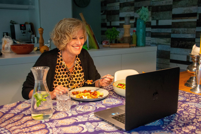 Nieuwe mensen leren kennen tijdens video-etentjes - vrouw achter laptop